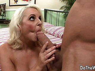 milf blonde leva grande galo na frente do marido
