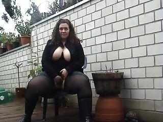 Bonitinha ao ar livre fazendo xixi