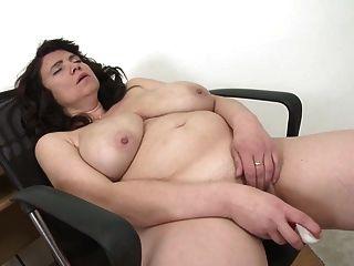 Mãe madura sexy com grandes seios naturais