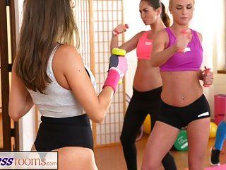Os amantes das lésbicas dos fitnessrooms se fazem cum depois da academia