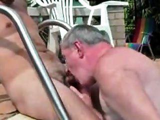 homens mais velhos brincando com homens mais jovens