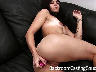 Rei rebelde adolescente sexy fodido no sofá de fundição