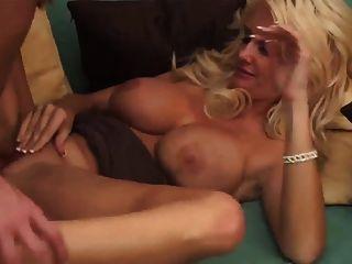 sexy blonde milf em calcanhares toma um facial