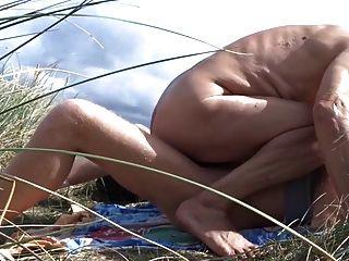 velho foda seu amigo masculino nas dunas