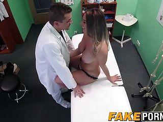 a loura loira faz um acordo sexual com o médico dele