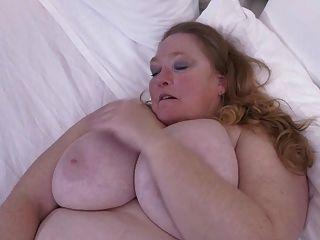 Mãe busty grande com coxa velha com fome