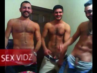 Três pedaços árabes tendo uma festa de partida gay árabe