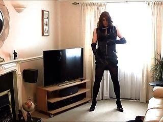 Alison tocando em seu novo vestido de pvc e luvas