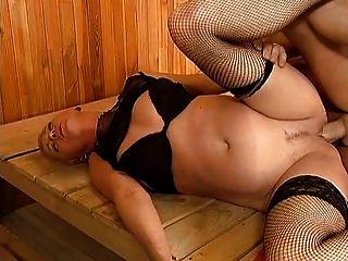 maduro com cabelo curto é fodido na sauna