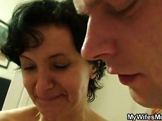 ela encontra sua velha mãe andando com um bico