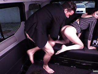 fodido no sexo do carro de trânsito com bela bebe russa