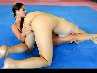 luta sensual entre duas lésbicas