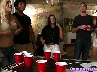 estudante universitário amador que suga galo na festa