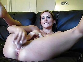 deusa da webcam loira 21 esguichando em uma tigela