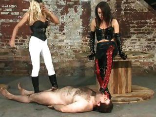 duas amantes dominando seu escravo