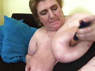 Mãe madura com mamas muito grandes e coceira peluda