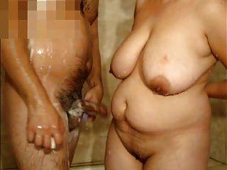mulher madura com grandes mamas e eu no banho