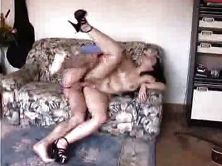 esposa peluda faz anal com amigo enquanto os filmes do marido