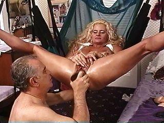 Namorada loira madura em estilhaça recheada com grandes dildos