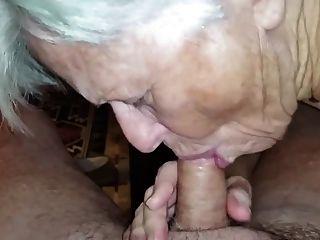 A avó não esqueceu de como sugar o galo