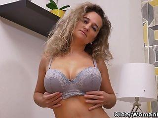 euro milf ameli manipula sua buceta com os dedos dela