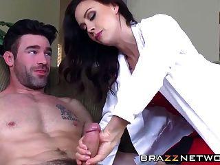Médico bonito cuida de seu paciente