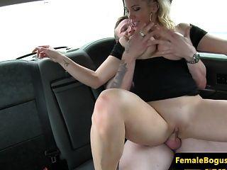 motorista de táxi busty inglês conduz o bico do banco de trás