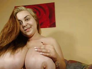 mamilos grandes na linda camgirl