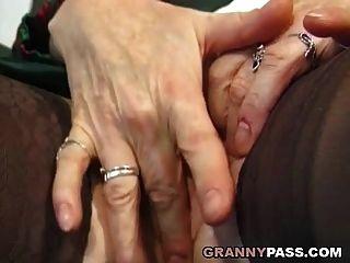 a avó dedica o traseiro