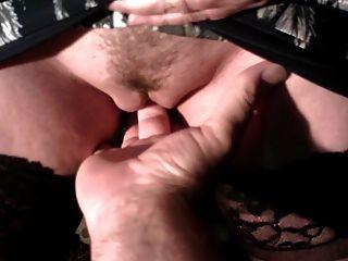 fazendo xixi na mão do marido.