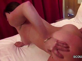 Milf quente seduz o jovem a foder quando ninguém casa