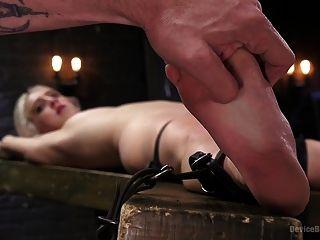 esguichando a puta da dor loira