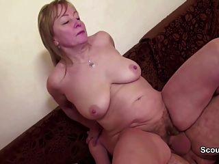 ele seduzi a mãe com coceiro peludo para foder e coberta com cum