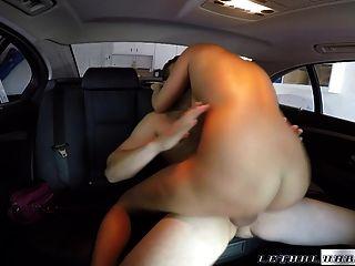 blonde sexy é coberto de cum por motorista