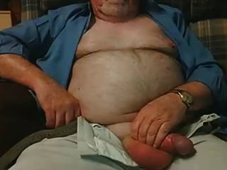 vovô peludo acaricia seu pênis