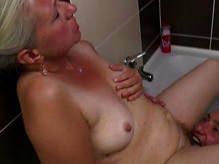 velha mãe leva galo jovem no banheiro