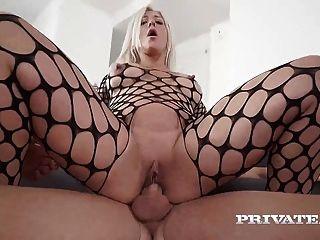 milf nikyta gosta de anal duro enquanto o marido vê
