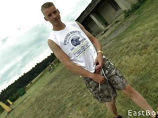 menino tcheco com enorme galo recebe mão ao ar livre