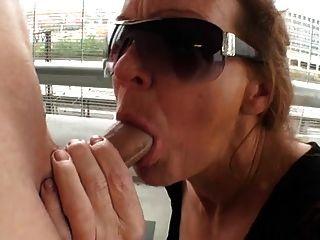 mulher madura sucking galo em um estacionamento