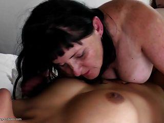velha mãe entre duas jovens bichas lésbicas