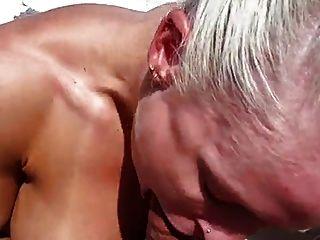 mulher de músculo extremamente quente fodida em um barco