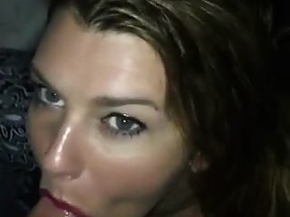 menina sexy dando cabeça e leva cum na boca