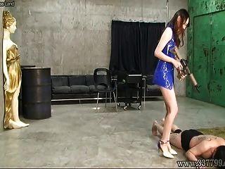 risa de femdom japonês chicotando três escravos