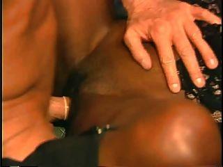 O homem branco sortudo divirta-se com duas garotas negras.