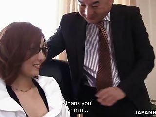 Beijinho asiático fodido por seu chefe educadamente