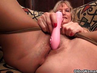 Granny claire foda-se com um vibrador