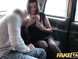 Fake taxi busty quente babe obtém enorme cheque tiro sobre seus seios