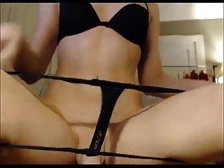 Tranny amador mostrando seu traseiro e galo