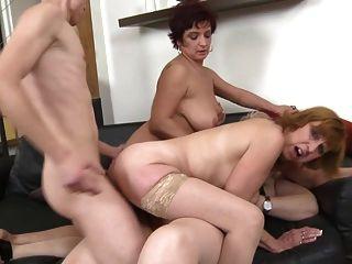 Mães maduras que compartilham um galo de um filho sortudo