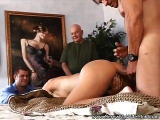 O marido faz a esposa balançar para ele